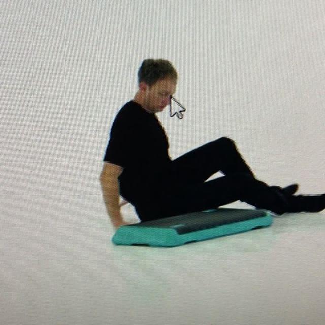 ローリングがうまく出来ない人のためのアシスト付きローリング。足を脱力するために手を挙げた側を枕などを使って高くします。#石川県 #金沢市 #小立野 #アルコット接骨院 #トレーニング #FMS #SFMA #rolling #exercise #corrective #fitness #コレクティブエクササイズ