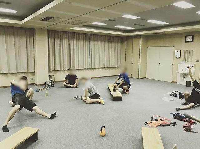 今日は夜間予約終了後に、北陸病院でファンクショナルトレーニングの練習会。さまざまな職種の人が集まり、普段思う疑問をみんなで解決します。トップレベルの臨床家が集まってトレーニングについて語り合う。なんて素晴らしい場なんだ。写真はターキッシュゲットアップの練習。#石川県 #金沢市 #小立野 #接骨院 #アルコット接骨院 #インソール #巻き爪 #ファンクショナルトレーニング #ターキッシュゲットアップ #training #turkishgetup #insole #ingrowntoenail #functionaltraining